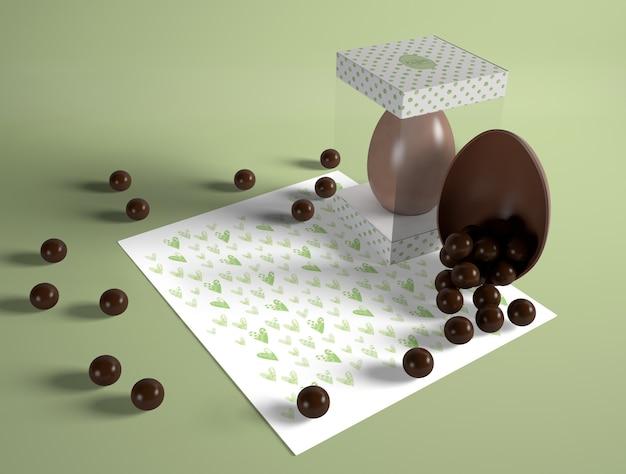 Ovo de páscoa de alto ângulo com bombons de chocolate
