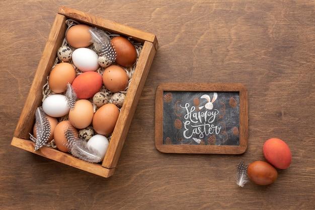 Ovos de páscoa e moldura com maquete