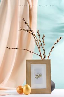 Ovos de páscoa felizes e selos de ramos em um vaso com tecido de cortina e moldura de maquete