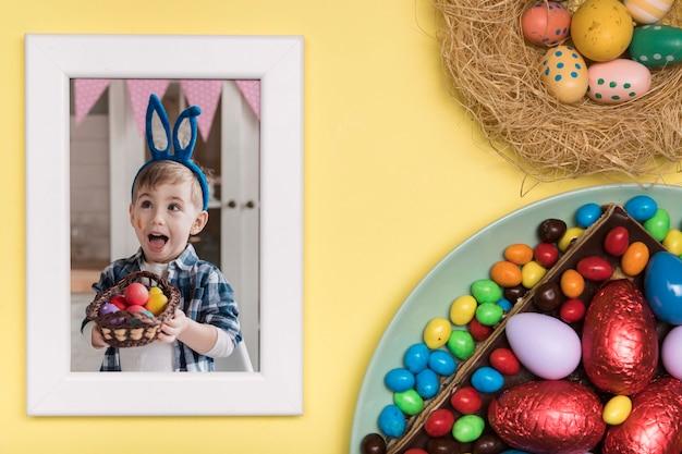 Ovos e foto de menino de páscoa