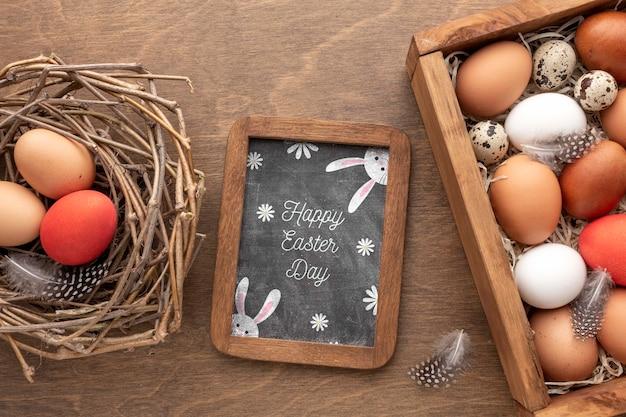 Ovos e moldura com mensagem de páscoa
