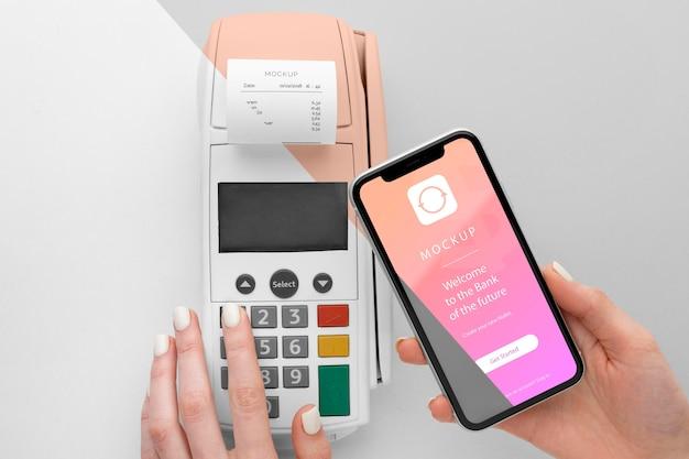 Pagamento eletrônico de simulação com smartphone e terminal de pagamento