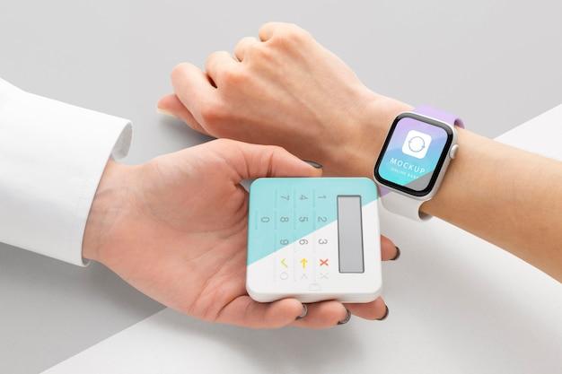 Pagamento eletrônico de simulação com smartwatch Psd grátis
