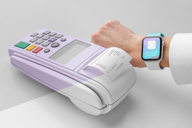 Pagamento eletrônico de simulação com smartwatch