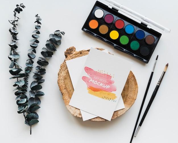 Paleta de pintura e pincéis