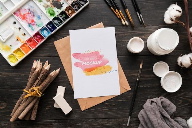 Paleta e pincel de artista plano