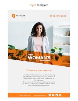 Panfleto corporativo com design de mulher de negócios