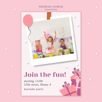 Panfleto de feliz aniversário com crianças comemorando