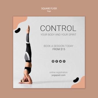 Panfleto quadrado de ioga com mulher malhando