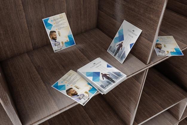 Panfletos em maquete de prateleira de madeira