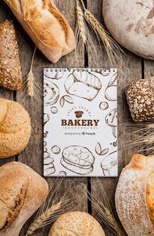 Pão e caderno na mesa