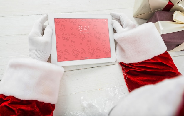 Papai noel usando tablet