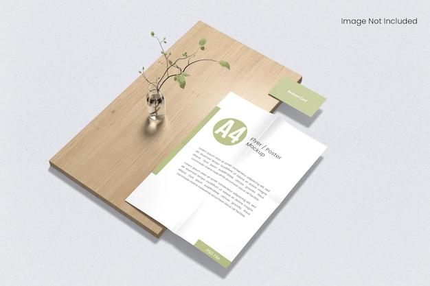 Papel a4 com cartão de visita na maquete de madeira