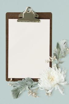 Papel branco em branco em uma prancheta marrom