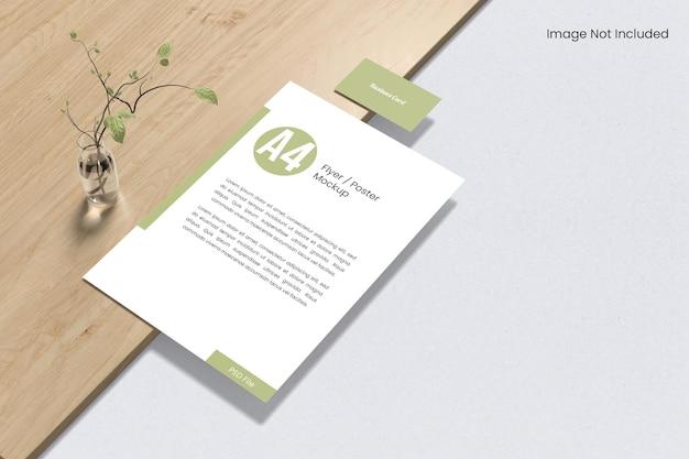 Papel com cartão de visita na maquete de madeira