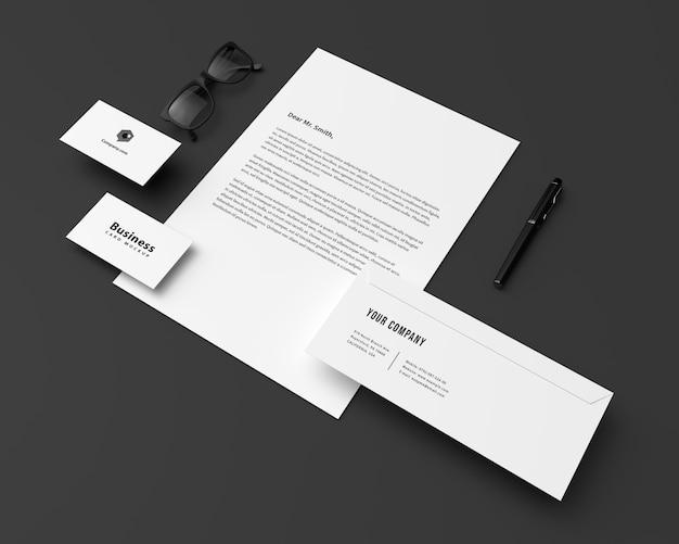 Papel com cartões de visita e maquete de envelope