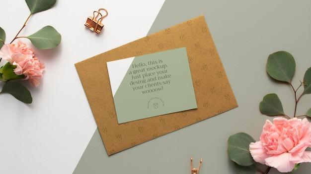 Papel de carta com vista superior e flores