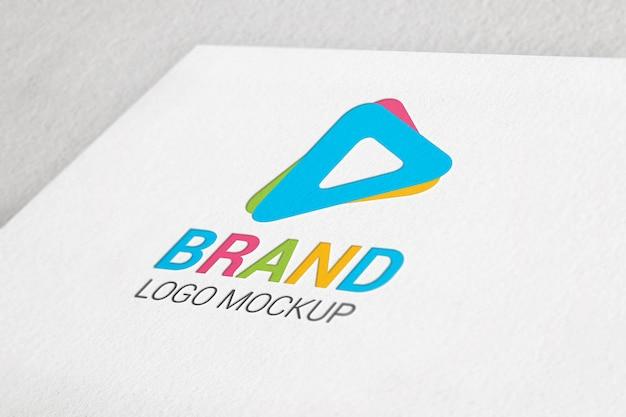Papel de cor pressionado maquete do logotipo.