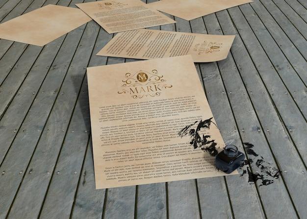 Papel de mock-up de tinta e contrato em fundo de madeira