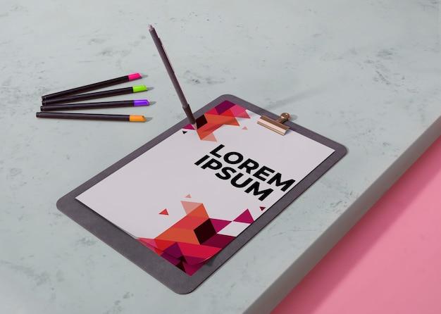 Papel de negócios de identidade de mock-up com lápis