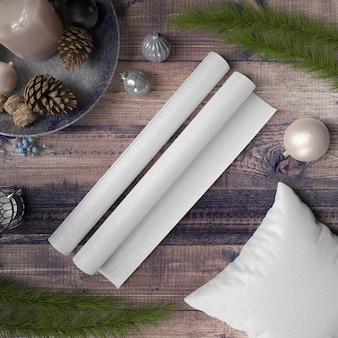 Papel em branco e travesseiro na mesa de madeira