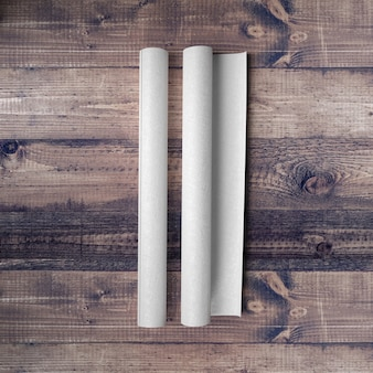 Papel em branco na mesa de madeira