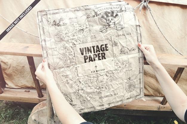 Papel velho em mãos mapear maquete de conceito de cartaz