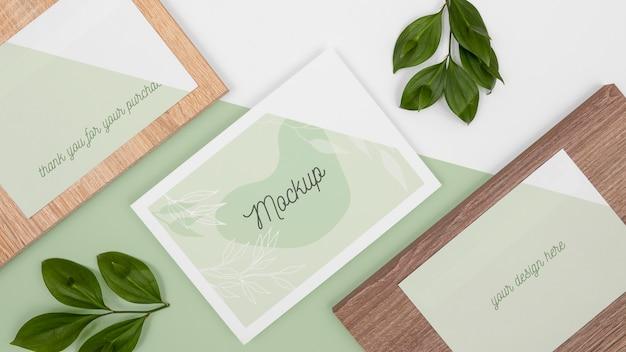 Papelaria com folhas e vista superior de madeira