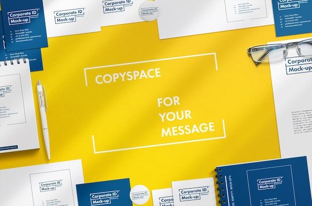 Papelaria corporativa mock up scene com copyspace grátis no centro
