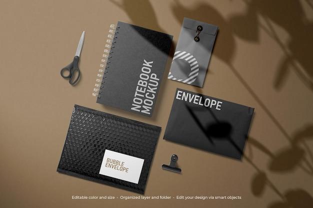Papelaria de marca, caderno preto e maquete de envelope