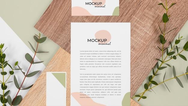 Papelaria plana com folhas e madeira