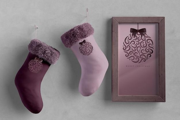 Par de meias ao lado de tinta com tema de natal