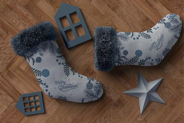 Par de meias cinza com decorações de cores correspondentes