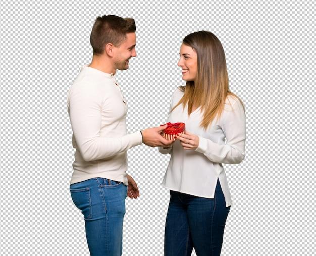 Par, em, dia valentine, segurando, caixa presente