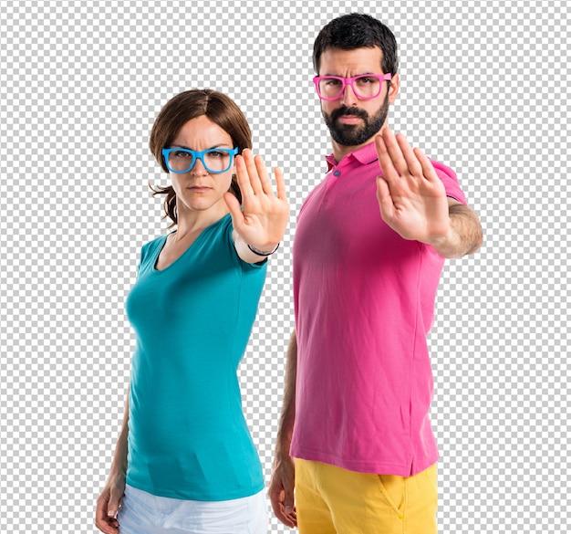 Par, em, roupas coloridas, fazendo, sinal parada