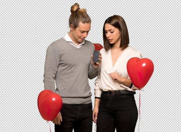 Par, em, valentine, dia, com, perturbado, segurando, quebrada, smartphone