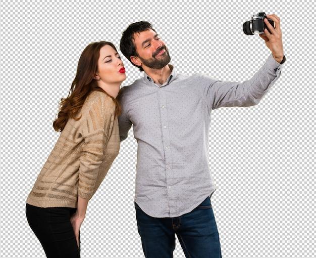 Par jovem, fazendo, um, selfie