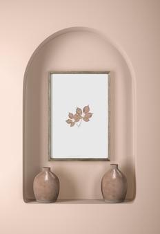 Parede com moldura e vasos de decoração