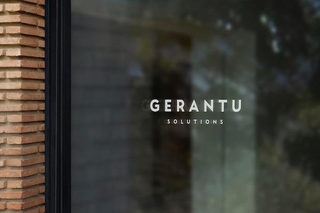Parede de tijolos do sinal da janela do modelo do logotipo