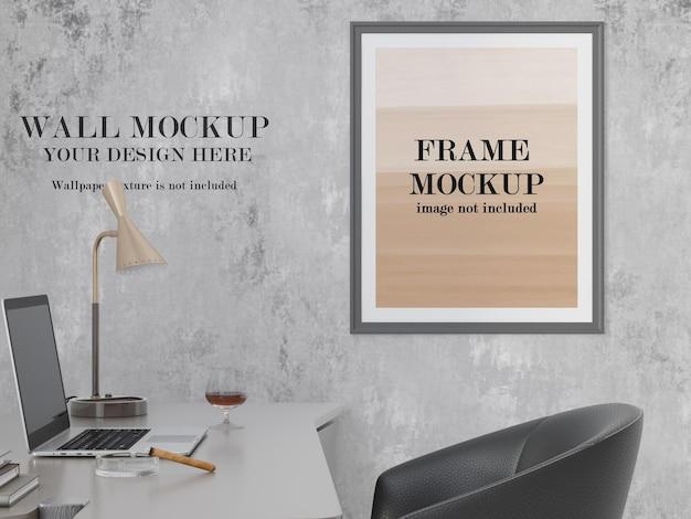 Parede e maquete da moldura ao lado da mesa do computador