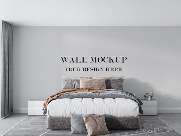 Parede vazia atrás da cama alta com colchão