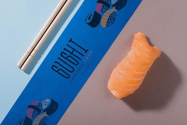 Pauzinhos e rolo de sushi