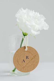 Peônia branca em um vaso limpo com uma maquete de etiqueta