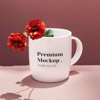 Peônias vermelhas em uma maquete de caneca de café