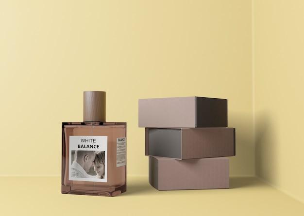 Perfume ao lado da pilha de caixas