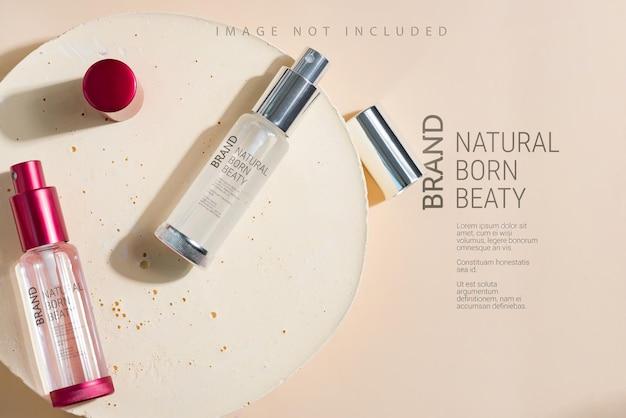 Perfume de embalagem de vidro colorido em superfície bege Psd Premium