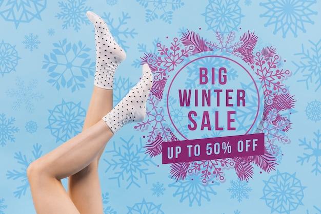 Pernas de mulher com maquete de venda de inverno