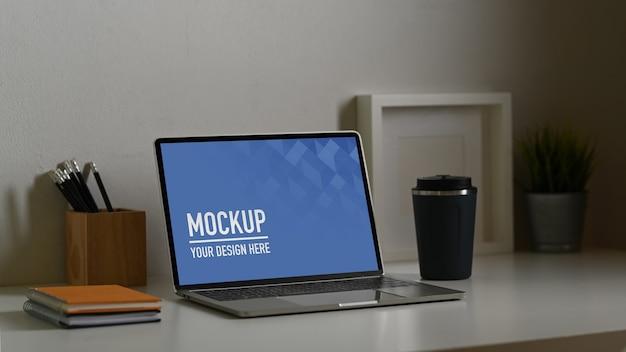 Perto da maquete do laptop com uma xícara de café