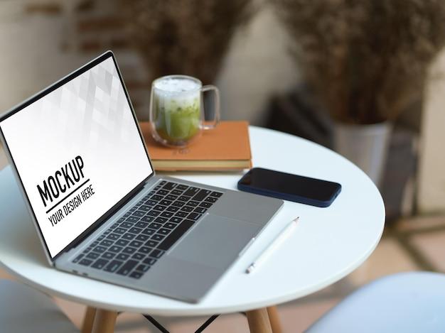 Perto de um espaço de trabalho portátil com maquete de laptop