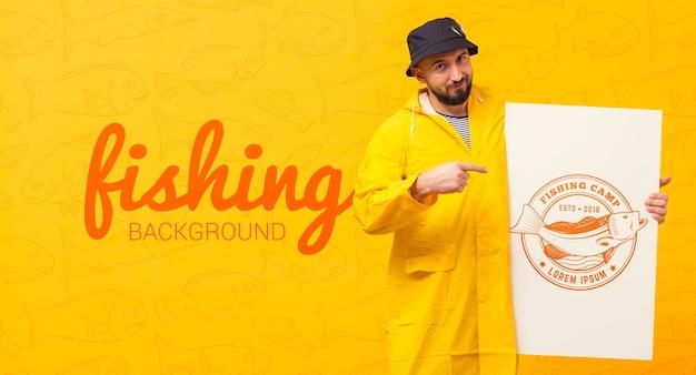 Pescador no modelo de capa de chuva